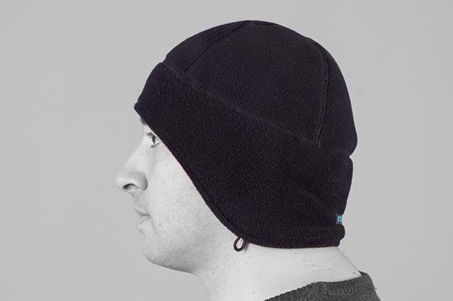 Поларена шапка с уши, черна, странично